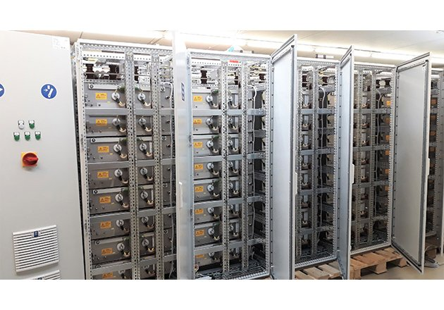 Huge capacitor banks from GvA buffer the necessary energy