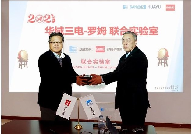 Sanden Huayu President Wang Jun (right) and ROHM Semiconductor (Shanghai) Co., Ltd. Chairman Raita Fujimura (left) exchange gifts at the opening ceremony. Image courtesy of ROHM