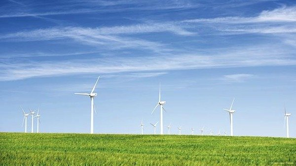 The main challenge with respect to capacitors for converters in wind power plants is the service life – a wind turbine should be able to operate for many years without the need for maintenance. Picture © pedrosala – Fotolia
