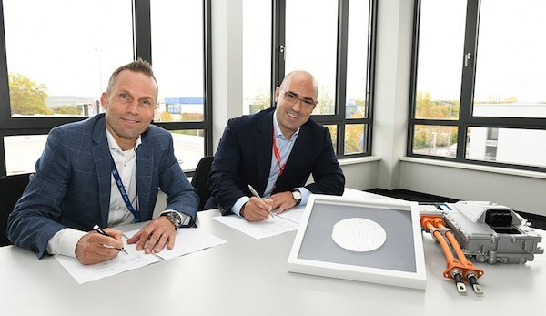 Jörg Grotendorst, Head of ZF Division E-Mobility and Cengiz Balkas, Senior Vice President and General Manager of Wolfspeed signing the partnership